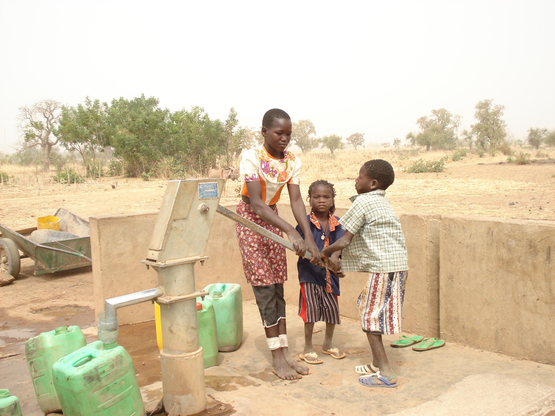 De vaten moeten de vrouwen zelf met water vullen